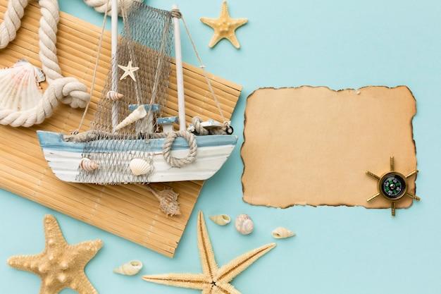Vista superior barco à vela com bússola na mesa