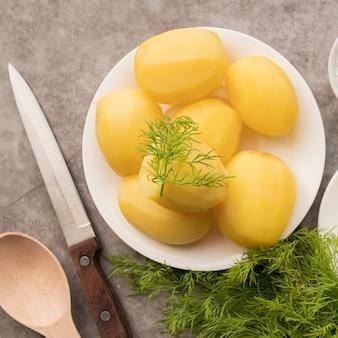 Vista superior batatas cozidas na chapa branca