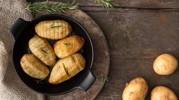 Vista superior batatas em tigela preta