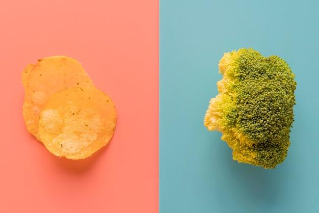 Vista superior batatas fritas e brócolis