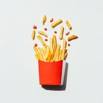 Vista superior batatas fritas em uma caixa vermelha