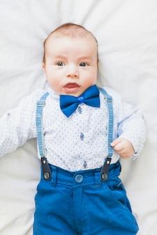 Vista superior bebê fofo e elegante usando gravata borboleta