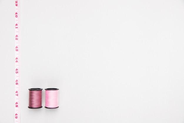 Vista superior bobinas de fio em cor pastel