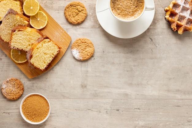 Vista superior, bolo, biscoitos e café