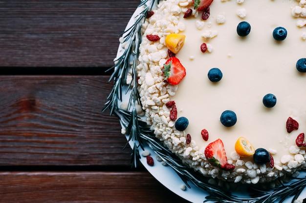 Vista superior bolo de chocolate branco bagas artesanato