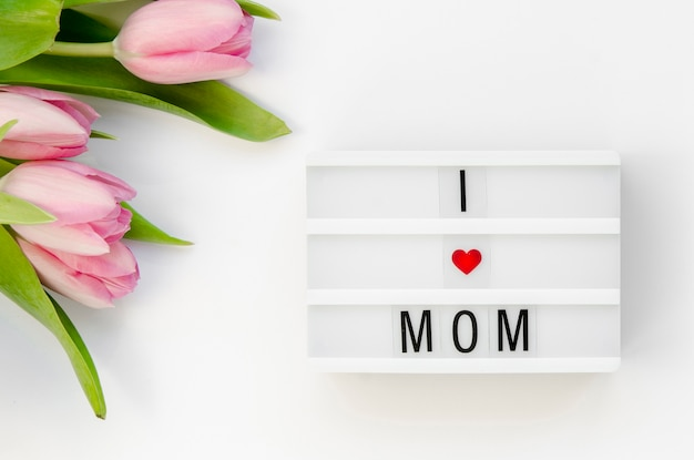 Vista superior bonita mensagem com fundo de flores
