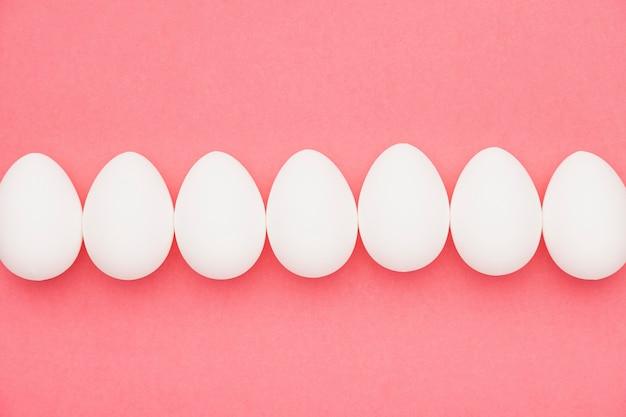 Vista superior branca ovos na mesa
