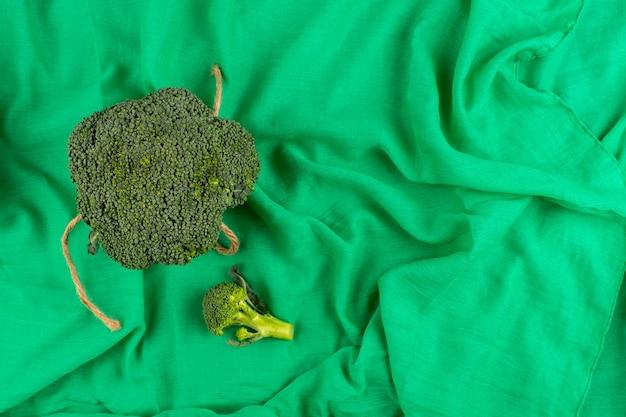 Vista superior brócolis verde fresco maduro isolado no tecido verde