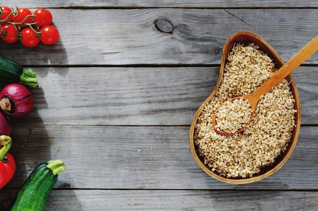 Vista superior brota trigo mourisco verde cozinhar alimentos crus