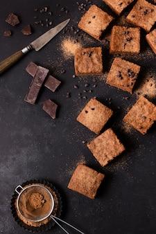 Vista superior brownies de chocolate prontos para serem servidos
