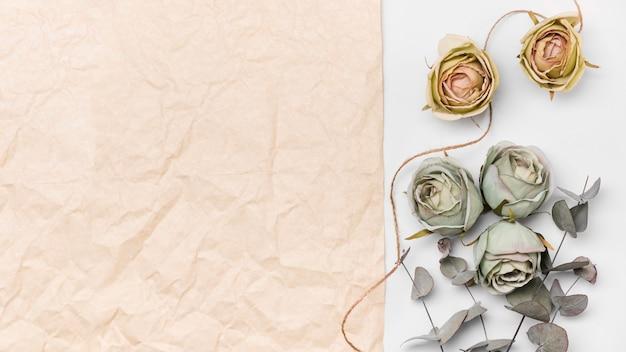 Vista superior buquê de papel e rosas com cópia-espaço