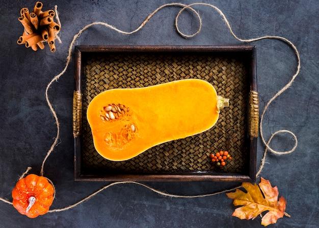 Vista superior, butternut squash metade na bandeja de madeira