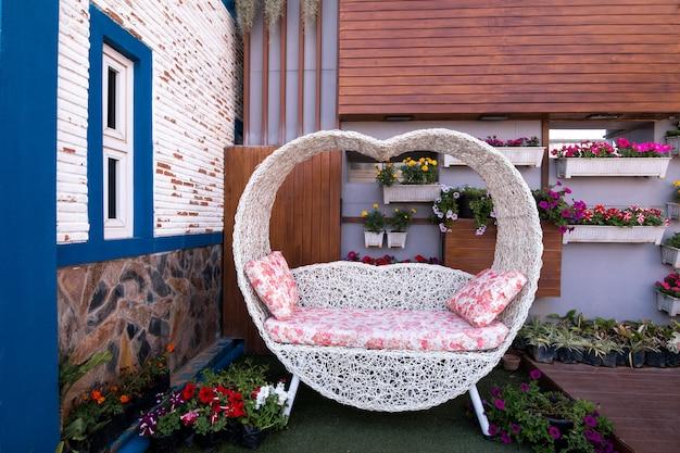 Vista superior cadeiras brancas vintage na decoração do jardim estilo europa