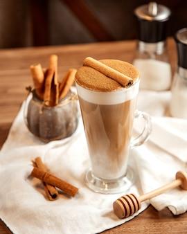 Vista superior café com leite com canela