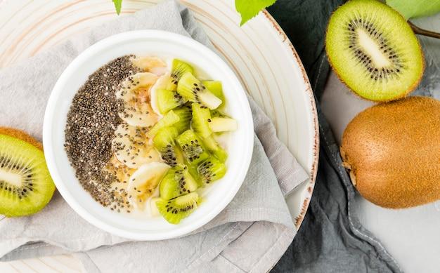 Vista superior café da manhã caseiro com kiwi
