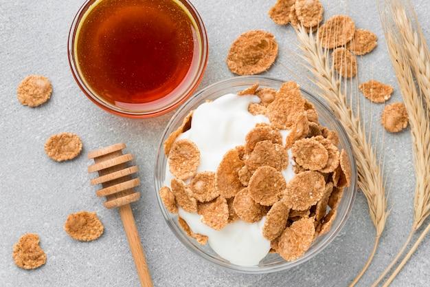 Vista superior café da manhã com cereais e mel