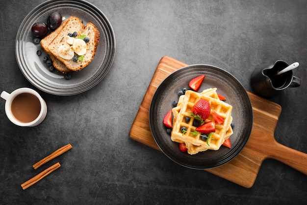 Vista superior café da manhã e waffles