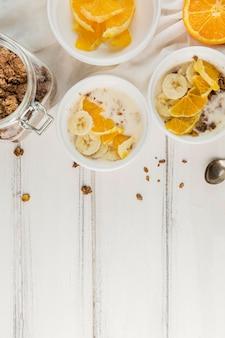 Vista superior café da manhã pronto para ser servido com espaço de cópia