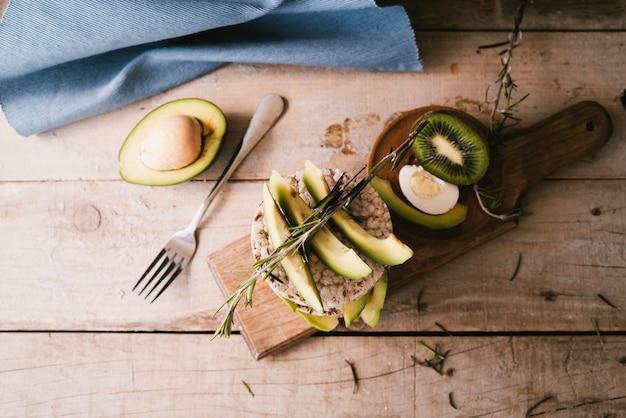 Vista superior café da manhã saudável na placa de madeira