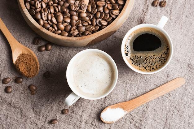 Vista superior café e café com leite em canecas brancas