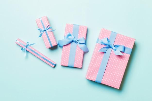 Vista superior caixa de presente de natal com laço azul