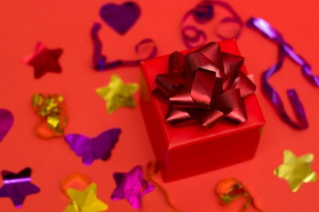 Vista superior caixa de presente vermelha rwith arco vermelho festivo