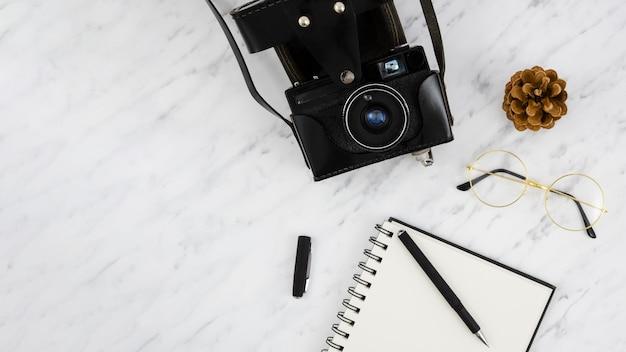 Vista superior câmera fotográfica retrô com um notebook