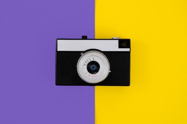 Vista superior câmera fotográfica vintage com fundo colorido