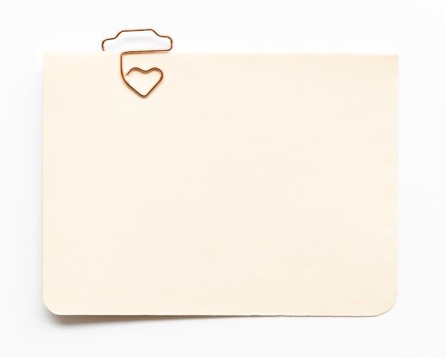 Vista superior cartão com gancho em forma de coração