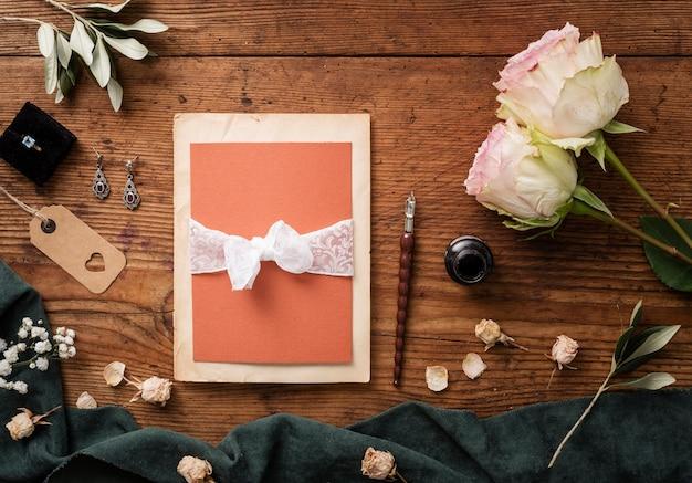 Vista superior, cartão de casamento e rosas ao lado