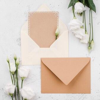 Vista superior cartões de convite de casamento com flores
