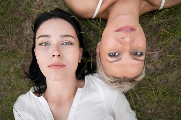 Vista superior casal de lésbicas