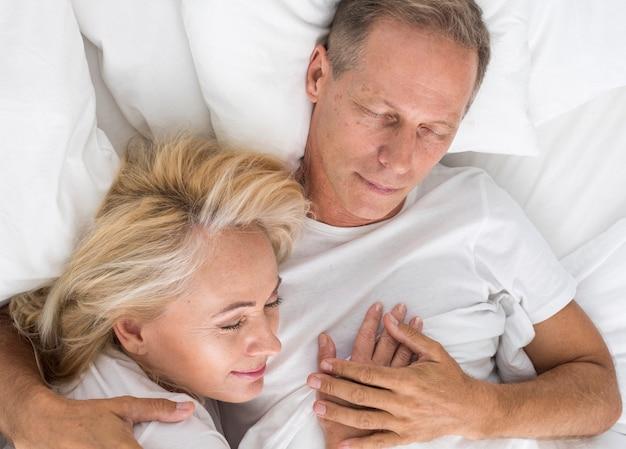 Vista superior casal dormindo juntos
