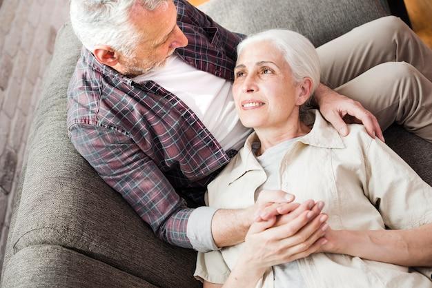 Vista superior casal mais velho no sofá