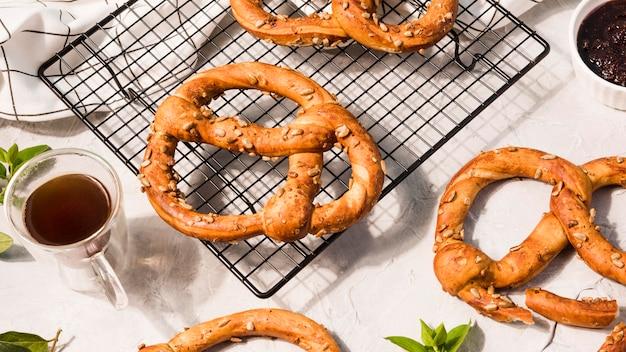 Vista superior caseiros pretzels em cima da mesa