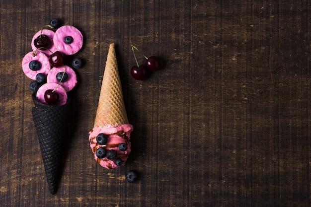 Vista superior casquinhas de sorvete com cerejas