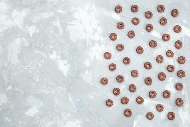 Vista superior cereais de chocolate em toda a luz cacau café da manhã alimentos cereais saúde