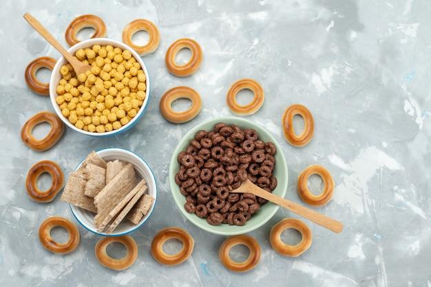 Vista superior cereais e bolachas no interior de placas em azul, biscoito de batata frita