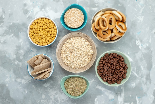 Vista superior cereais e bolachas salgadas dentro de placas em azul, bolacha torrada cereal café da manhã