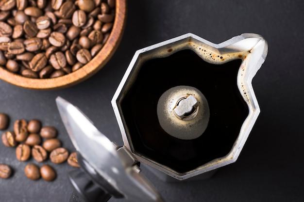 Vista superior, chaleira de café aberta e grãos de café