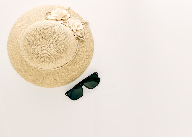 Vista superior chapéus de palha com óculos