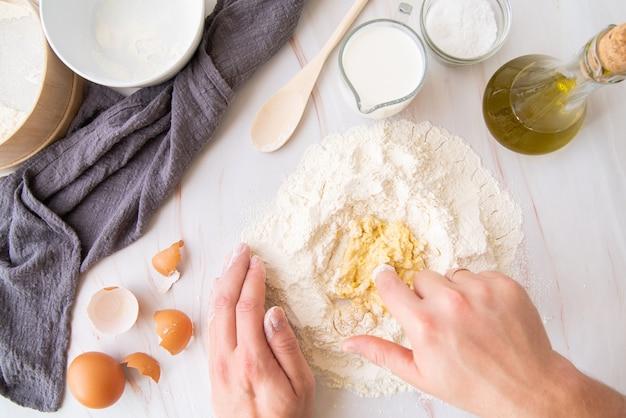 Vista superior chef mistura ovos com farinha
