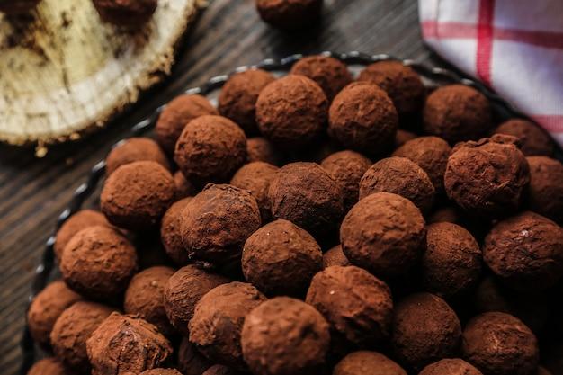 Vista superior chocolates em cacau em um prato