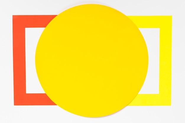 Vista superior círculo amarelo com formas geométricas coloridas