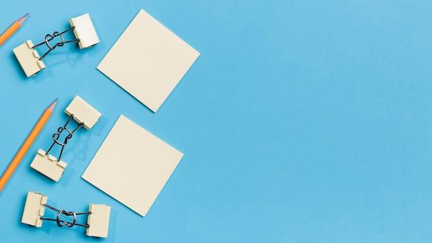 Vista superior clipes de papel e lápis com espaço de cópia