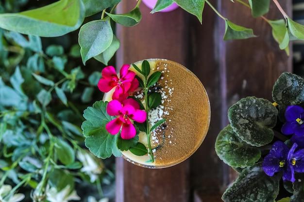 Vista superior cocktail com decorações de flores