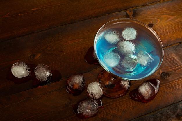 Vista superior cocktail coquetel azul