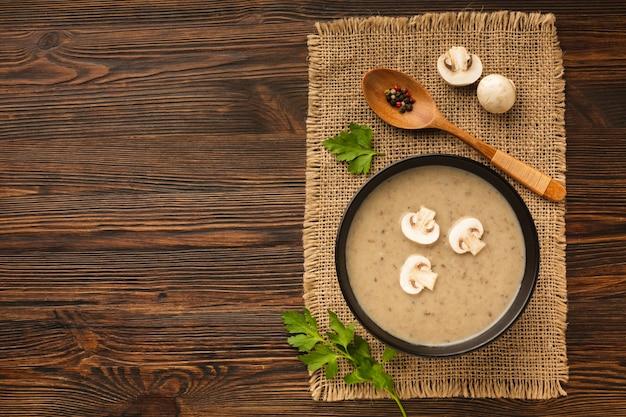 Vista superior cogumelos bisque e colher com espaço de cópia