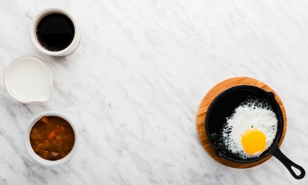 Vista superior coleção de café ao lado da panela de ovo