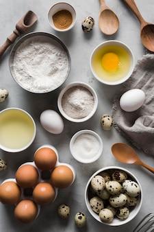 Vista superior coleção de ovos e ingredientes ao lado